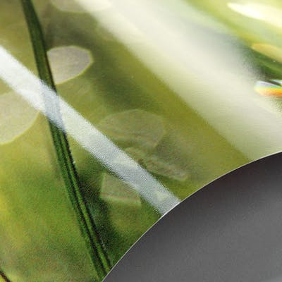 Das glänzende Premiumpapier: reißfest und schmutzabweisend