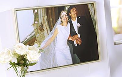 Gestalten Sie die Fotoleinwand für das Hochzeitspaar und wählen Sie einen dazu passenden Rahmen.
