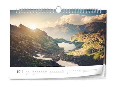 Ein Fotokalender mit einem Landschaftsbild.