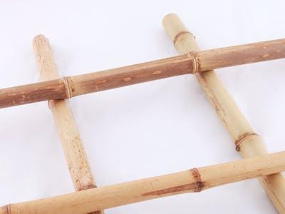 Leinwand auf Bambusrohren.