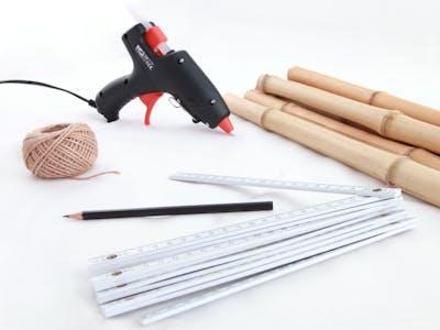 Materialien für die Leinwände an Bambus: Heißklebepistole, Stift, Schnur, Bambusrohre und Leinwände.