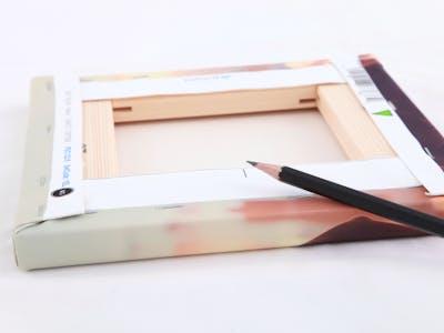 Leg de canvassen met de achterkant naar boven op tafel. Bepaal, met behulp van een liniaal, het midden van de boven- en onderkant van de canvassen