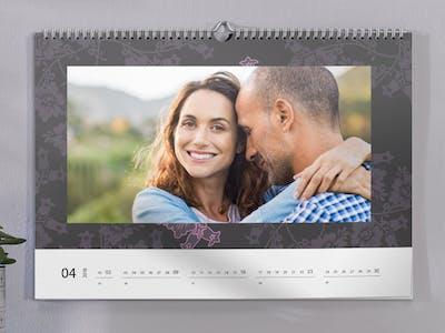 Fotokalender mit einem lachenden, glücklichen Paar.