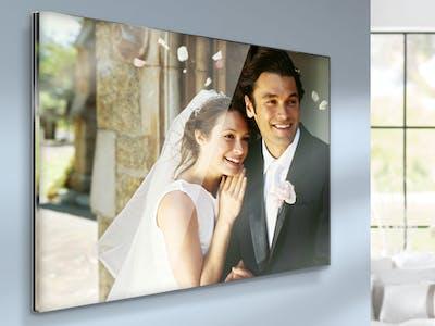 Eine Fotoleinwand mit einem Hochzeitspaar.