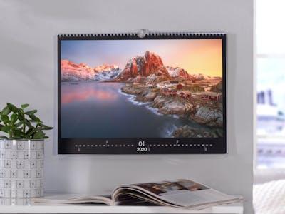 Fotokalender mit Winterlandschaft und Sonnenuntergang.