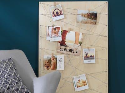Retro-Prints und Fineart Prints, arrangiert auf einem Holzbrett als Fotowand.