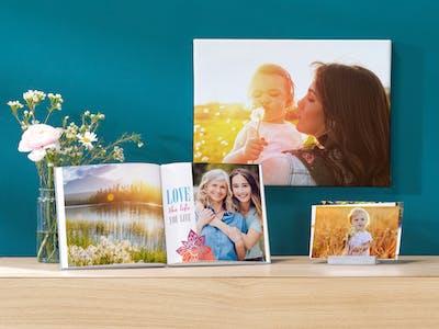 Ambiente-Bild mit Pixum Wandbild, Pixum Fotobuch und Fotoabzügen.