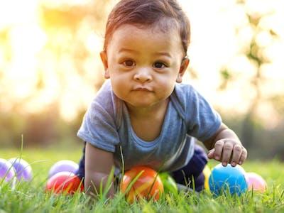 Kind im Garten an Ostern