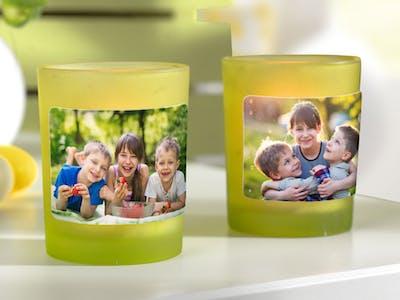 Foto-Sticker geklebt auf Gläser mit Teelichtern.