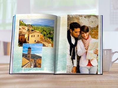Pixum Fotobuch auf Premiumpapier mit Hintergrund, auf dem Effekte angewandt wurden.