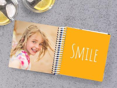 Petite fille dans un album photo pour b�b�