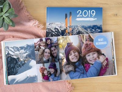 Pixum Fotobuch als Jahrbuch mit Bildern einer jungen Familie.