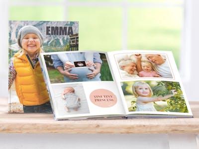 Hochformatiges Fotobuch mit Motiven von einem Kind.