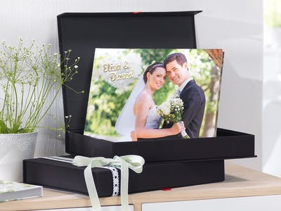A wedding photo book is not only solid, but also offers a variety of design options that are not possible with a traditional photo album.