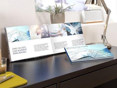 Foto eines Schreibtischs mit einem Unternehmensfotobuch.