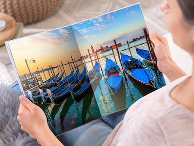 Halte die schönsten Reiseerinnerungen in deinem selbst gestalteten Pixum Fotobuch fest - und verschönere es mit Mitbringseln.