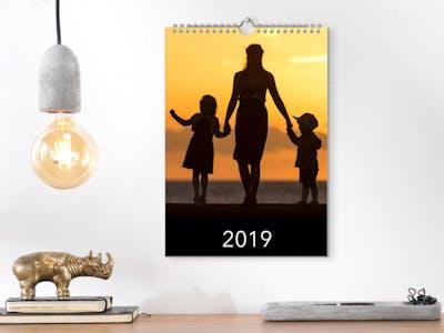 Wandkalender mit Person im Sonnenuntergang