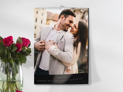 Wandkalender mit einem glücklichen Paar.