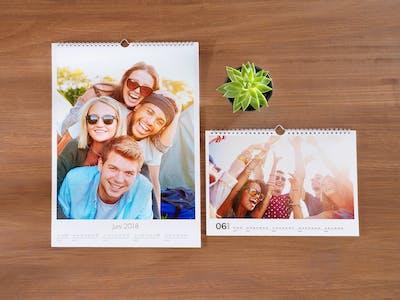 Pixum Fotokalender mit Layflat-Bindung in quer und einem Motiv, das Jugendliche auf einem Festival zeigt.