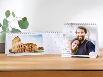 Quadratischer Tischkalender mit Paarbildern von Reisen.