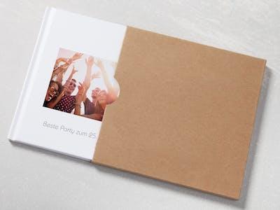 Mit dem Pixum Fotobuch Insta hältst du persönliche Highlights im praktischen Format fest.