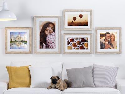 Mit passendem Rahmen wirken deine Wandbilder eigenständiger - auch auf gemusterten Wänden.