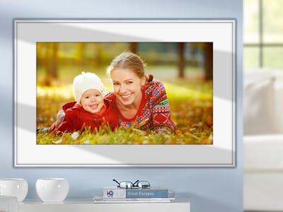 Foto einer Mutter mit ihrem Kind in einem Rahmen.
