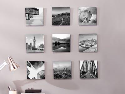 Pixum Wandbilder in kreativer Aufhängung über einem Schreibtisch.