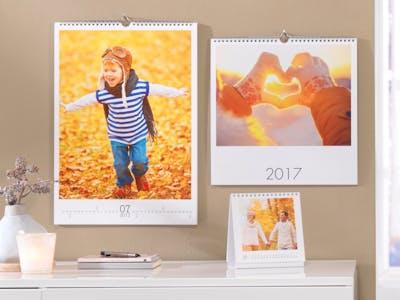 Fotokalender mit einem Kind und Sonnenuntergang.