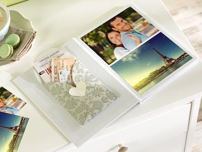 Schritt für Schritt das Fotobuch gestalten - zum Abschluss runde das Ganze mit deinem schönsten Mitbringseln ab.