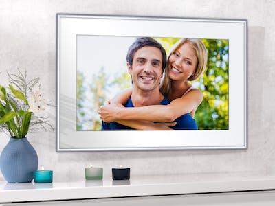 Poster mit Rahmen mit Foto von einem lachenden Paar.