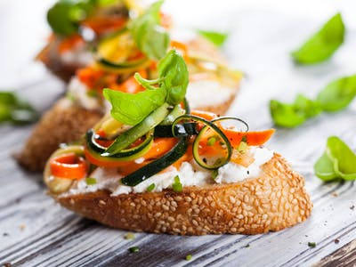 Brot mit Tomate und Mozarella.