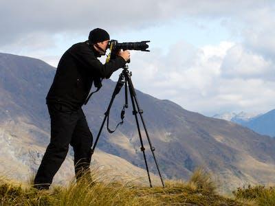 Ein Fotograf bei einer Landschaftsaufnahme