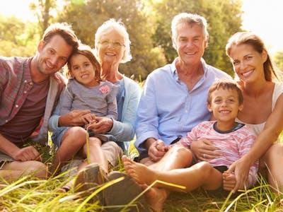 Versammeln für die Familienchronik die Familie und sammeln Sie gemeinsam Fotos und Infos.