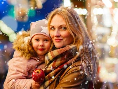 Eine Mutter mit ihrem Kind auf dem Weihnachtsmarkt.