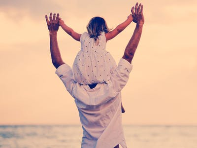Vater mit Tochter am Meer.