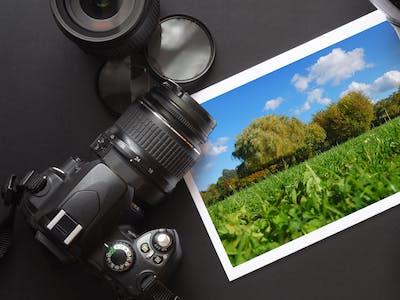 Bild einer Kamera neben einem Fotoabzug.