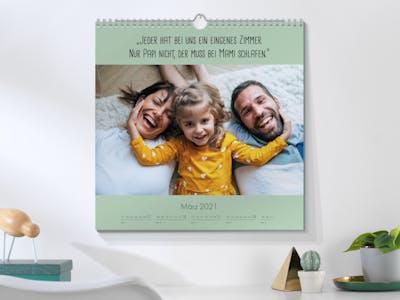 Fotokalender quadratisch mit einem Familienbild, auf dem ein Spruch steht.