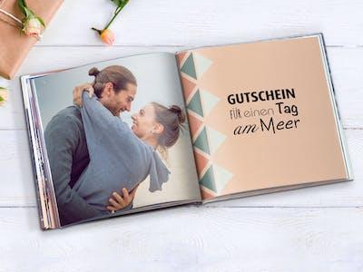 Pixum Fotobuch, gestaltet als Gutscheinbuch im quadratischen Format.
