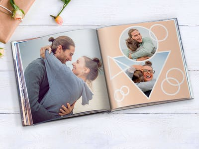 Pixum Fotobok, skapa som bok med presenkort i kvadratiskt format.