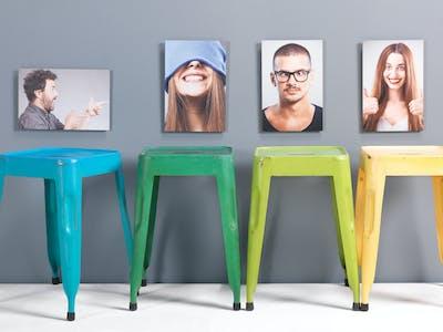 Vier verschiedene Wandbilder von Freunden.