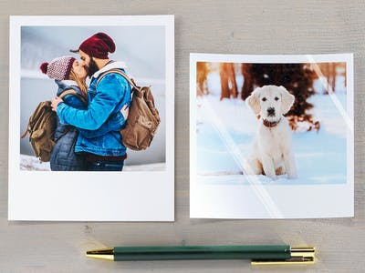 Zwei Retro-Fotos, die mit einem Stift auf einem Tisch liegen.