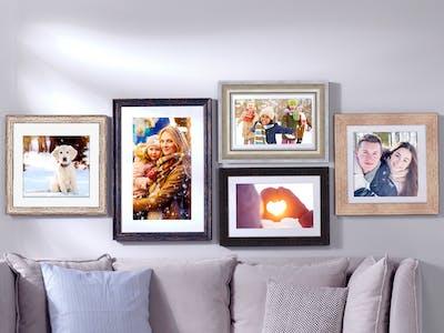 Pixum Wandbilder im Rahmen mit winterlichen Motiven in einem Wohnzimmerambiente.