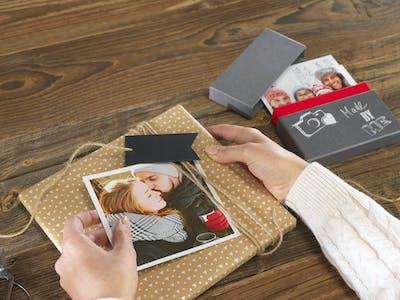 DIY-Idee, bei der Geschenke mit einem Square Print als Geschenketikett verpackt werden.