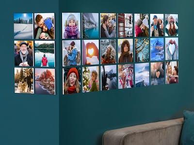 Fotowand mit quadratischen Bildern in einem Wohnzimmerambiente