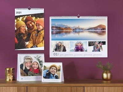 Drei verschiedene Wandkalender mit Familienfotos.