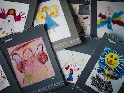 Auch Kinderzeichnungen sind perfekt, um den Jahreskalender kreativ zu gestalten.