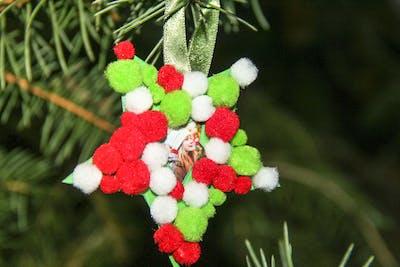 So einfach gestalten Sie Christbaumschmuck aus Pompoms